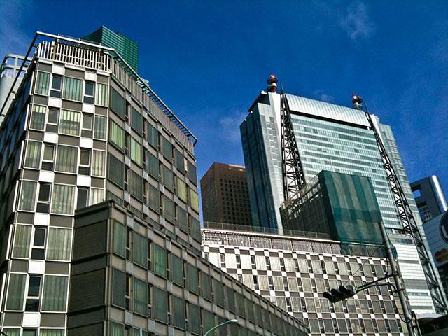 コラムイメージ「オフィス街と青空」